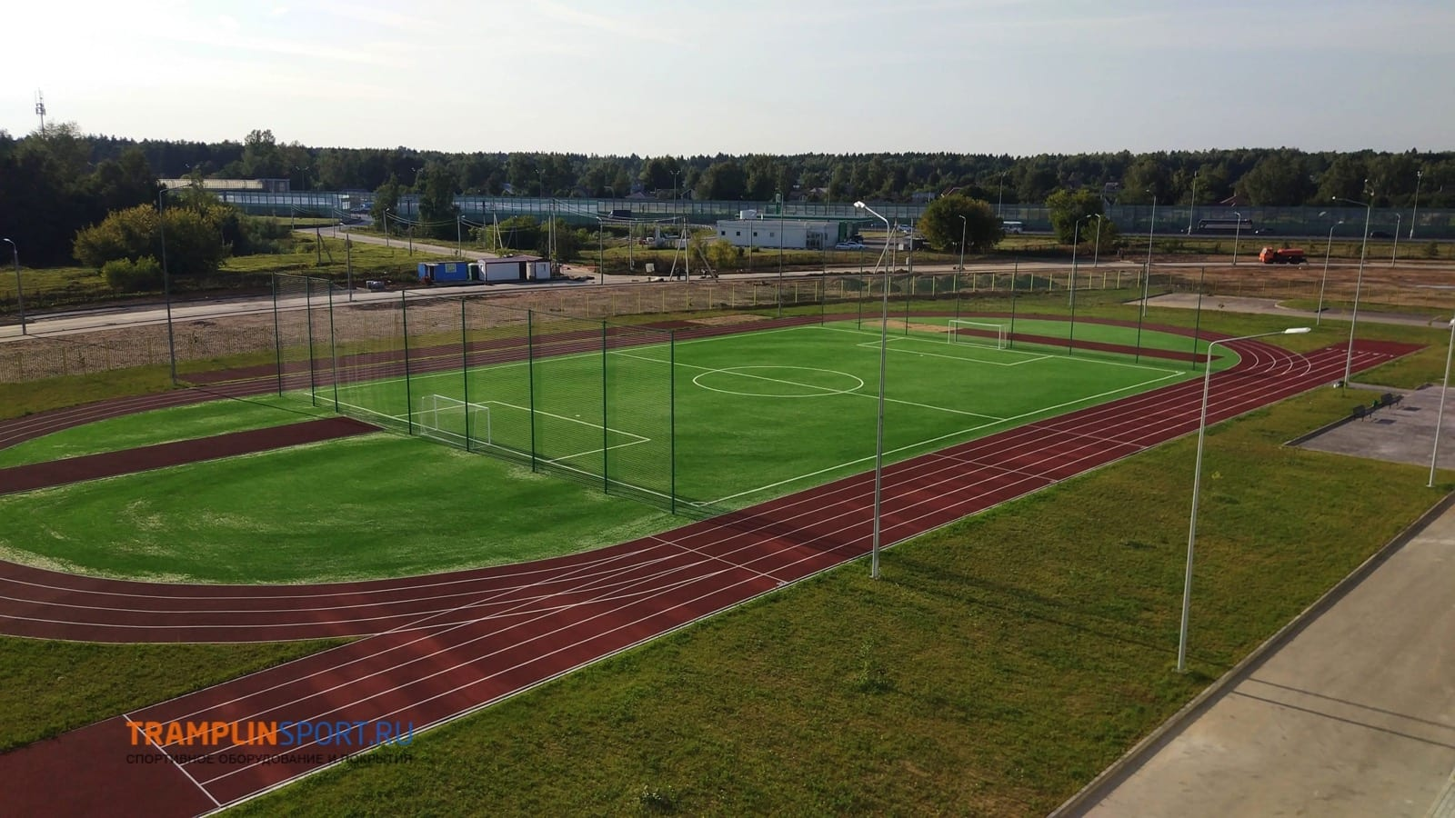 Футбольное поле с беговыми дорожками